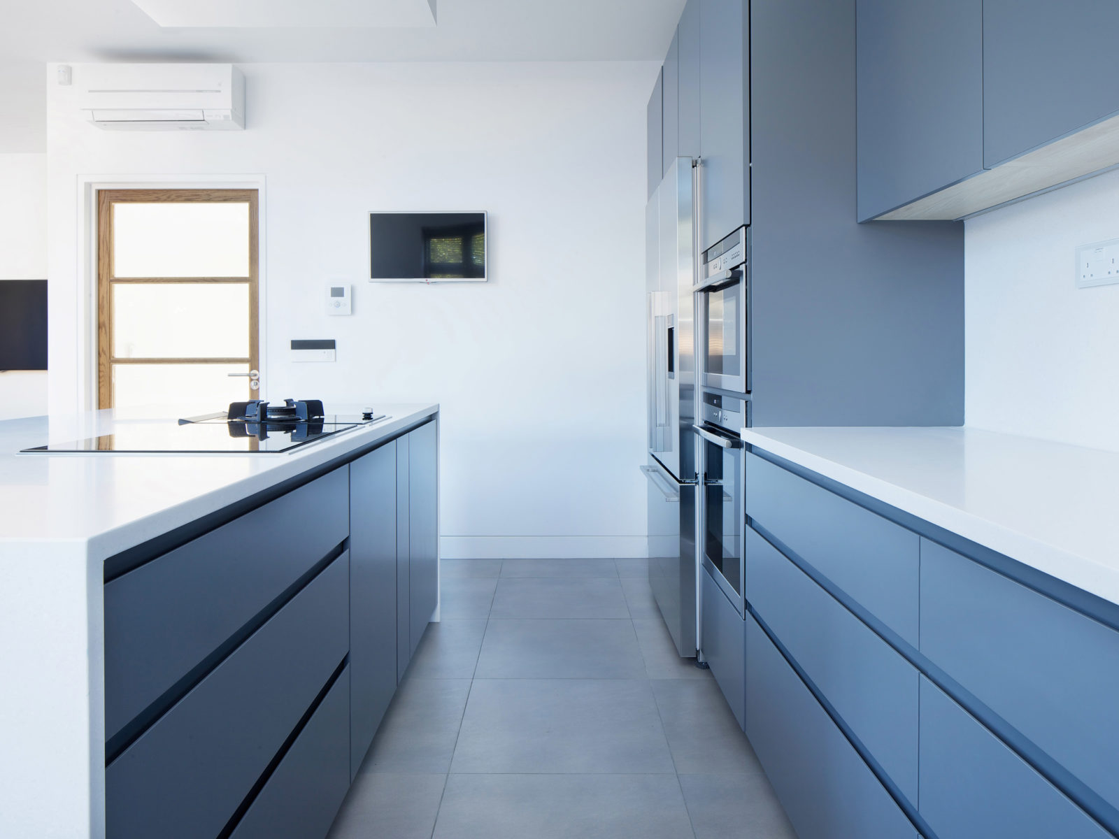 handless matt lacquered kitchen with Corian worktop and integrated appliances