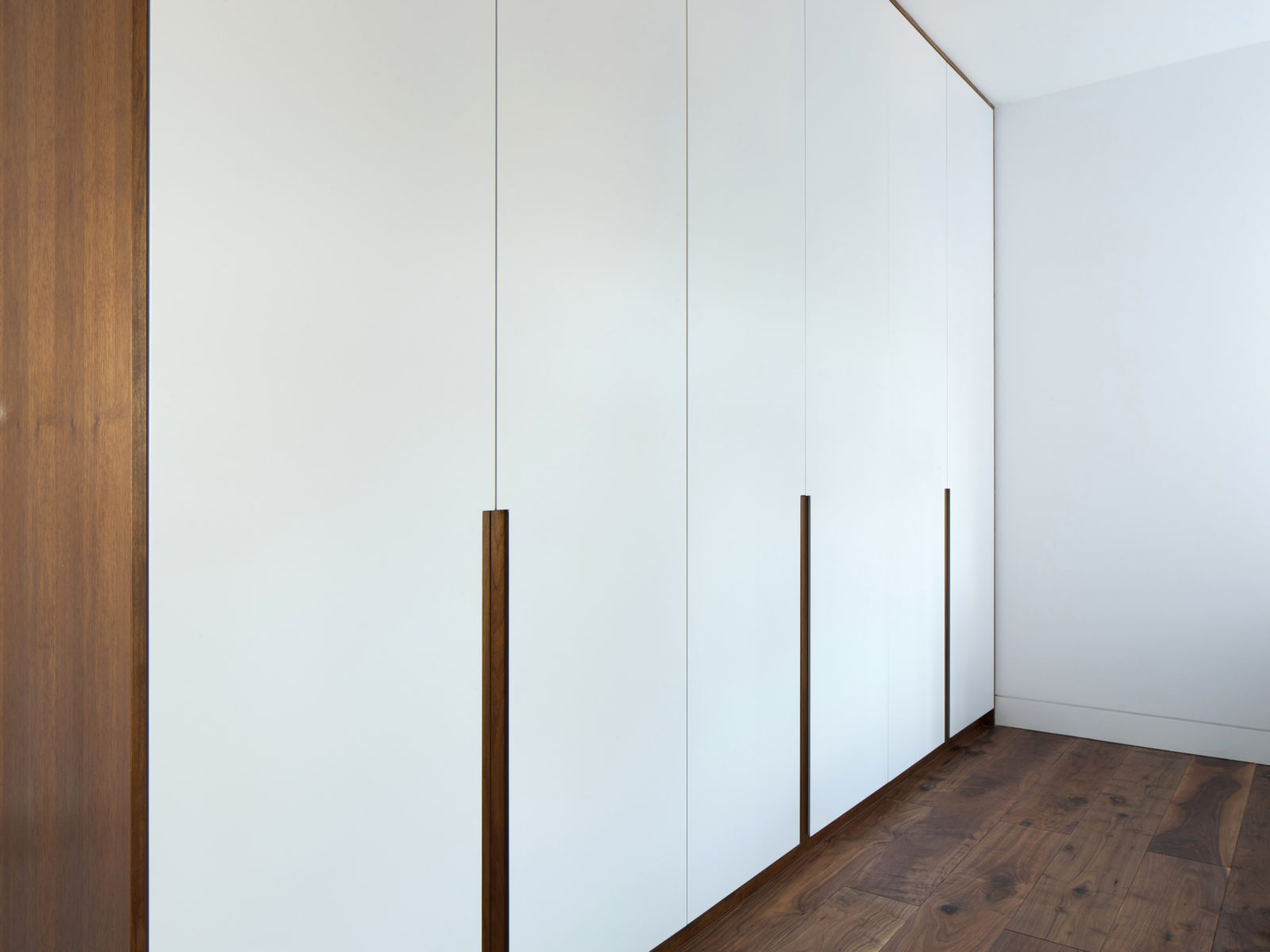 Lacquered wardrobe with solid walnut handless setail