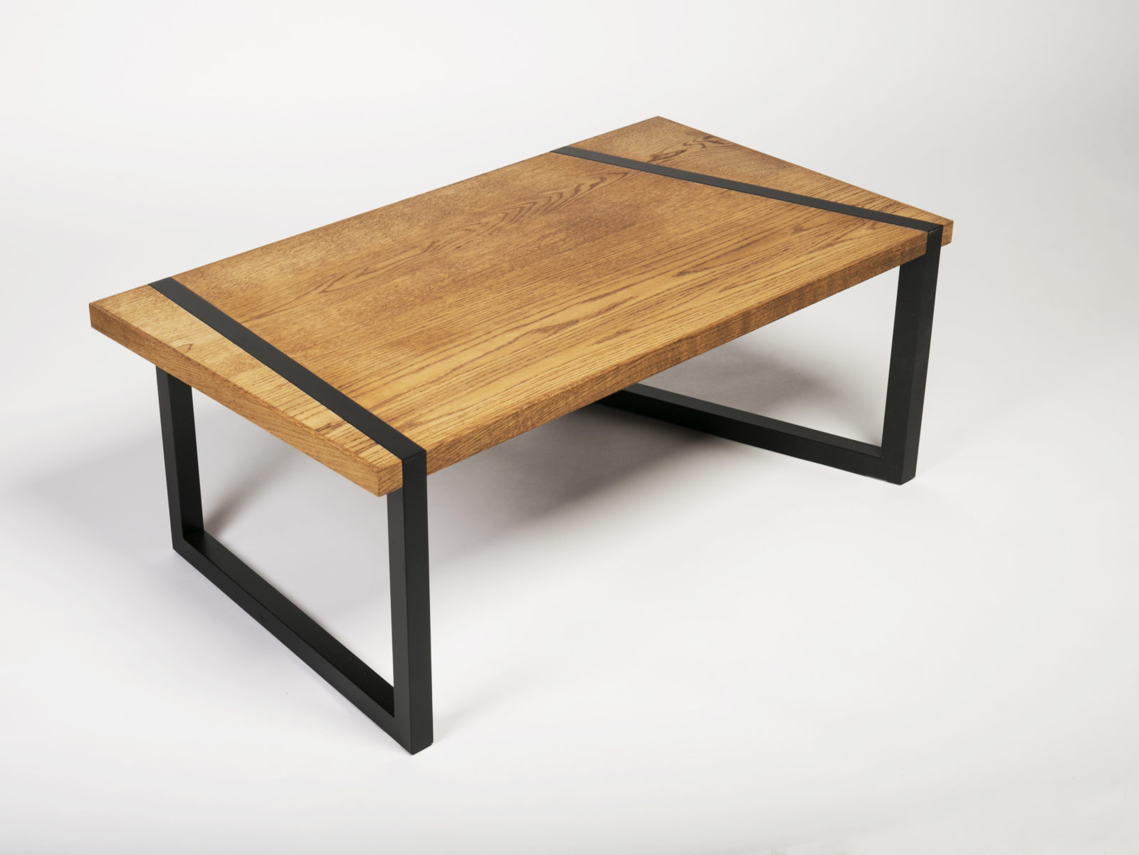 Oiled oak coffee table with lacquered legs