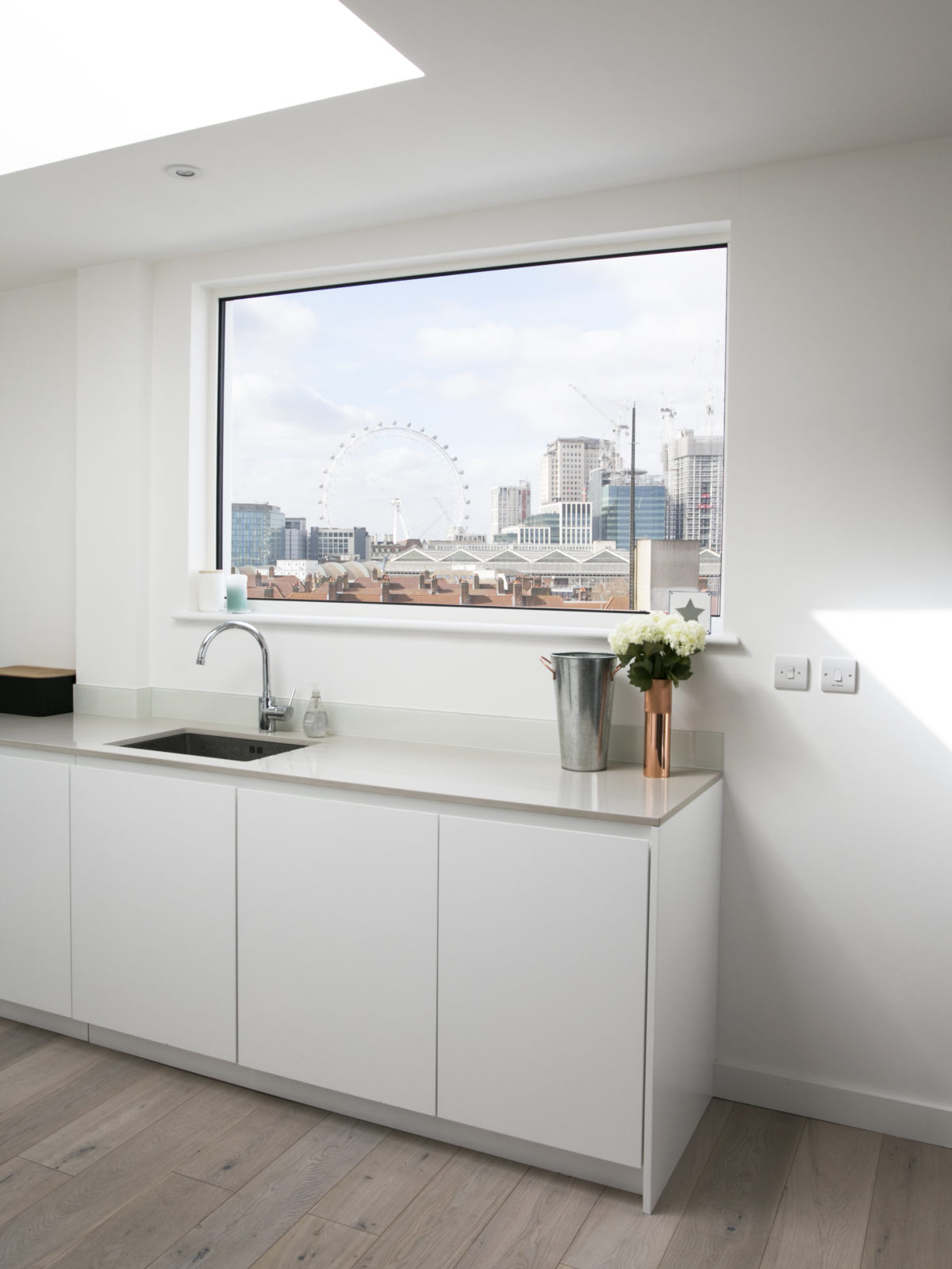 Handleless white matt lacquered kitchen